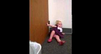 2-ročné dievčatko dostalo záchvat, keď sa dozvedelo, že jej novonarodená sestra prichádza z nemocnice