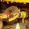 Výmena prasknutej zadnej pneumatiky na banských sklápačoch Komatsu, CAT, BelAZ, VOLVO