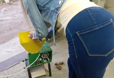 Otváranie orechov pomocou zvláštneho zariadenia