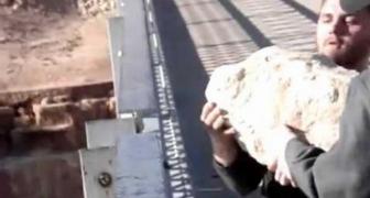 Hodenie obrovského kameňa do rieky z výšky 140 metrov
