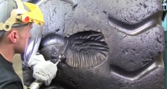 Hypnotické video: Úžasné opravovanie obrovskej drahej poškodenej pneumatiky exkavátora - ako na to