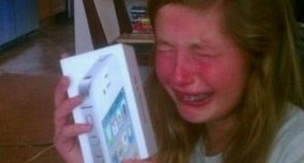 Rozmaznané deti zákerných rodičov dostávajú darček v krabici od iPhonu