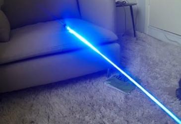 Testovanie silného modrého laseru