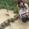 Tradičné rybárčenie v Kambodži - ako chytiť rybu použitím sieťovej rybej pasce v podaní pekného dievčaťa