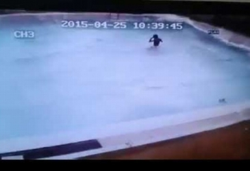 Zemetrasanie počas plávania v bazéne