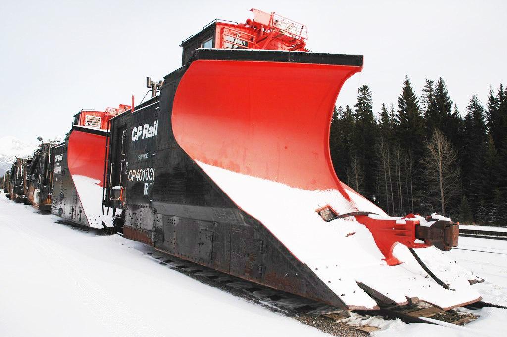 Úžasné mocné snehové vlakové pluhy a frézy naprieč hlbokým snehom na železničných tratiach - HD kompilácia