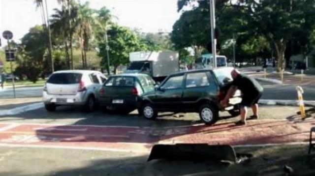Cyklista svalovec a auto parkujúce na cykloceste