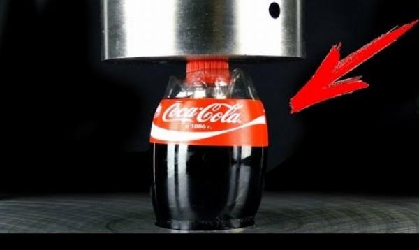 Experiment: Coca Cola vs hydraulický lis
