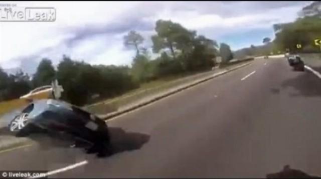 Šialená frajerka zatiahla priateľovi na aute ručnú brzdu pri pretekaní sa s motorkármi