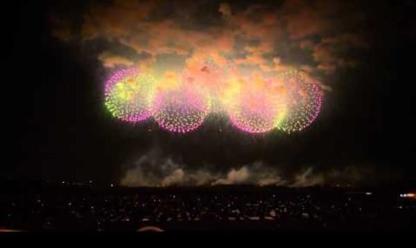 Japonský ohňostroj s dvomi obrovskými svetelnými raketami