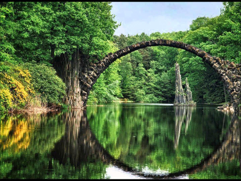 Nádherný kamenný most s krásnym vodným odrazom