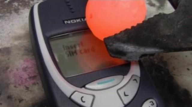 SÚBOJ LEGIEND! Žeravá gulôčka VS NOKIA 3310