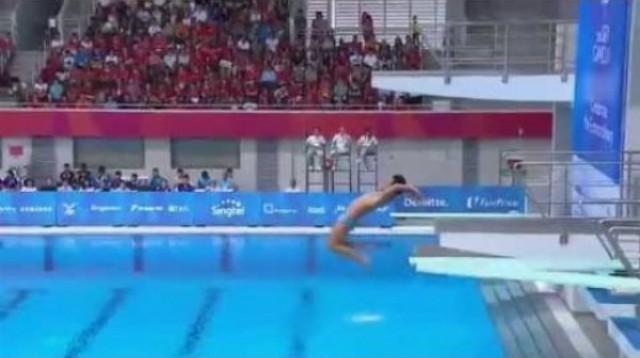 Zahanbujúce momenty filipínskych skokanov do vody